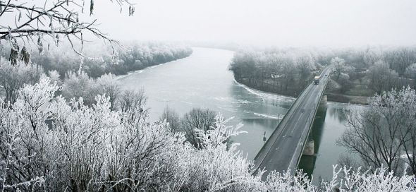 800px-River_Tisza_in_winter_with_Tokaj_bridge_-_Hungary