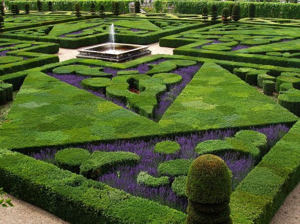 1024px-French_Formal_Garden_in_Loire_Valley.jpg