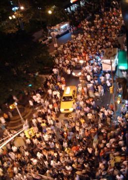 427px-Crowd_in_street.jpg
