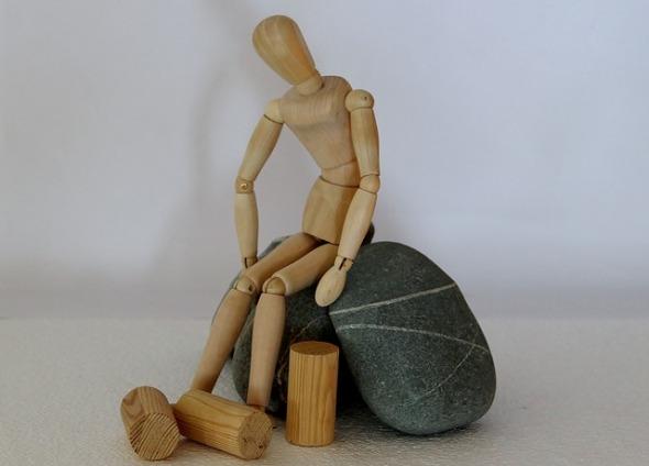 Holzfigur Stones Stranded Asylum Refugee Hopeless