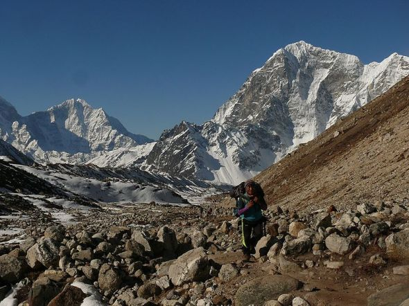 800px-Sherpa_on_his_way_to_Everest_Base_Camp