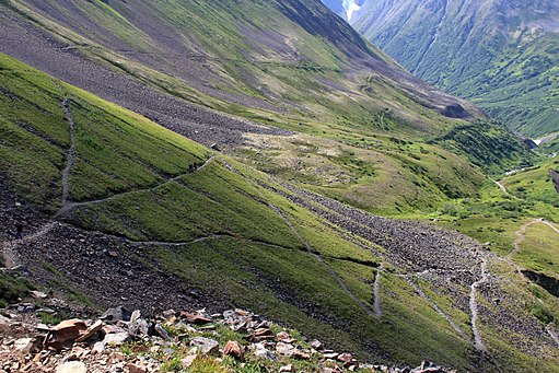 512px-Switchbacks_on_the_way_to_Crow_Pass_(3814023890)